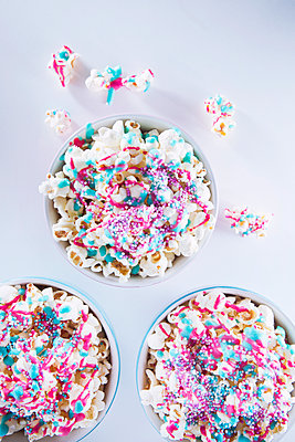 Popcorn with icing and sprinkles - p1149m1550494 by Yvonne Röder