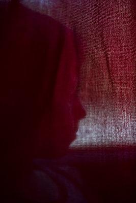Kind versteckt sich hinter Vorhang - p1325m1515136 von Antje Solveig