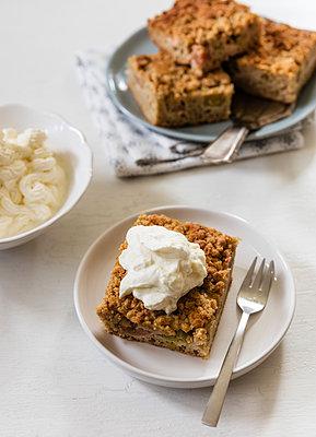 Homemade rhubarb cake with whipped cream - p300m2070082 by Eva Gruendemann