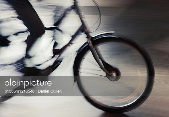Fahrradfahrer unterwegs - p1335m1216548 von Daniel Cullen