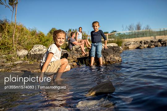 Familie am See - p1355m1574083 von Tomasrodriguez