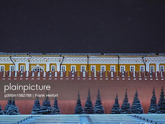 Roter Platz mit Kreml im Winter bei Nacht - p390m1582788 von Frank Herfort