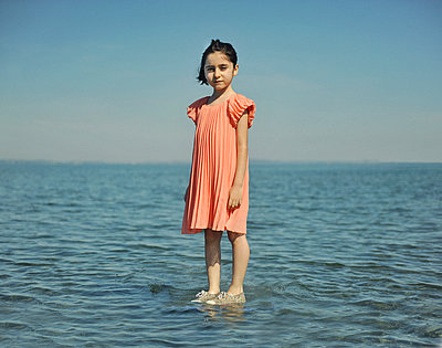 Little girl in shallow water - p1468m1584958 by Philippe Leroux