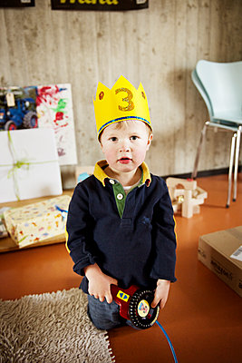 Little boy with crown - p819m1065061 by Kniel Mess