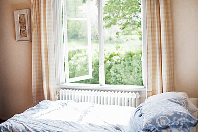 Open bedroom window - p956m1137777 by Anna Quinn