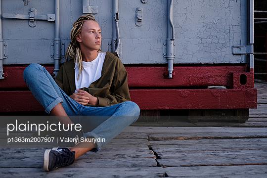 Portrait of teenager boy with dreadlocks - p1363m2007907 by Valery Skurydin