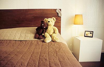 Teddybären auf dem Bett - p0450527 von Jasmin Sander