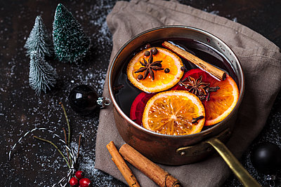 Pot of mulled wine - p300m2013031 von Susan Brooks-Dammann