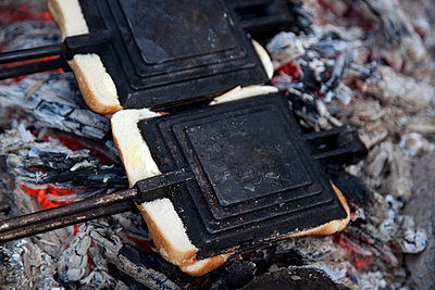 Two toasted sandwich makers on the campfire - p301m799655f by Tobias Titz