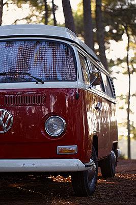 roter Campingbus - p464m1015109 von Elektrons 08