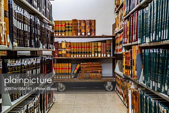 Bücher in einer Bibliothek  - p397m1584161 von Peter Glass