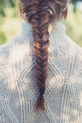 Woman with braid - p1323m1590474 von Sarah Toure