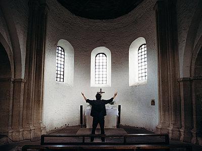 Altar in Kirche - Konradsburg - p1549m2191745 von Sam Green