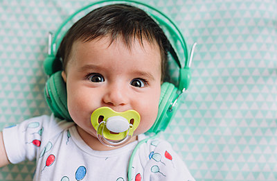 Portrait of baby girl with headphones and pacifier - p300m1460586 by Gemma Ferrando