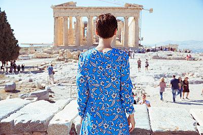 Frau beobachtet Touristen auf Akropolis-Gelände - p432m1541649 von mia takahara