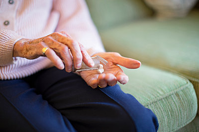 Older Caucasian woman holding medication - p555m1305741 by Resolution Productions