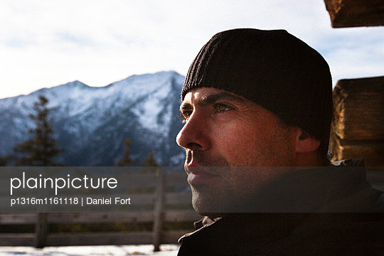 Mann blickt in die Ferne, Alm, Abstieg vom Unnütz , Rofan, Tirol, Österreich - p1316m1161118 von Daniel Fort
