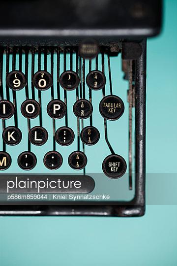 Alte Schreibmaschine - p586m859044 von Kniel Synnatzschke