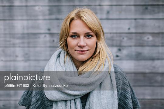 Porträt einer jungen Frau mit Schal - p586m971603 von Kniel Synnatzschke