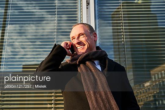 Mann telefoniert mit dem Handy - p890m1217297 von Mielek