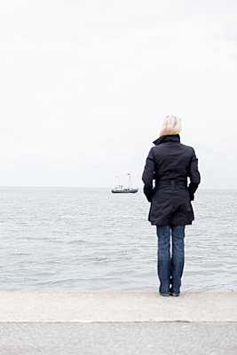 Woman looking far - p1076m832298 by TOBSN