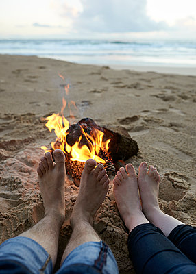 Füße wärmen am Lagerfeuer - p1124m1112613 von Willing-Holtz