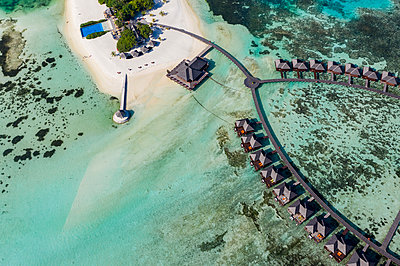 Maldives, South Male Atoll, aerial view of resort with bungalows on island Olhuveli - p300m2102485 von Martin Moxter