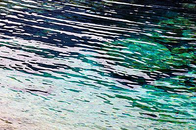 Wasseroberfläche mit Reflexen - p719m1538037 von Rudi Sebastian
