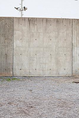 Überwachungskamera hinter Betonmauer - p913m1113014 von LPF