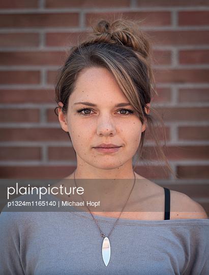 Porträt einer jungen Frau mit Halskette - p1324m1165140 von michaelhopf