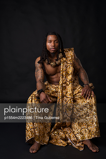African man in traditional african garment  - p1554m2223486 by Tina Gutierrez