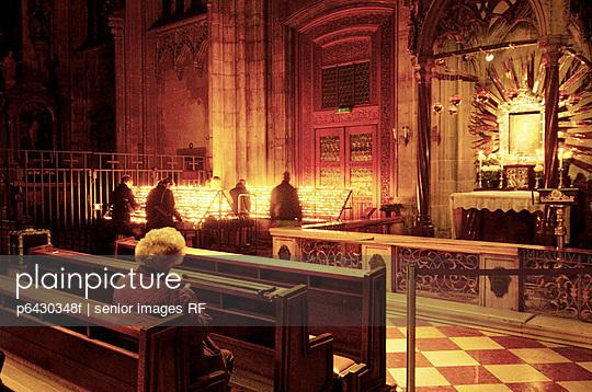 Alte Frau sitzt in der Kirche  - p6430348f von senior images RF