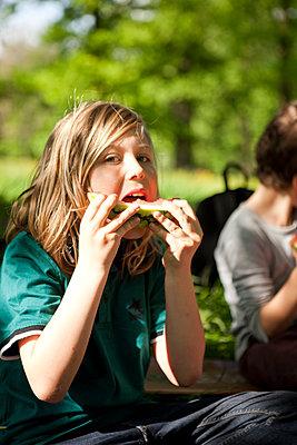 Pause mit Melone im Park - p1195m1138129 von Kathrin Brunnhofer