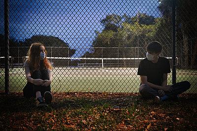 Junges Paar mit Masken an einem Sportplatz - p1694m2291639 von Oksana Wagner