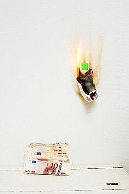 Geld verbrennen - p2370623 von Thordis Rüggeberg