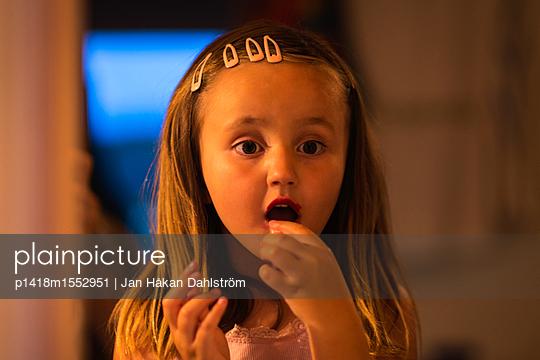 Little girl putting on lipstick - p1418m1552951 by Jan Håkan Dahlström