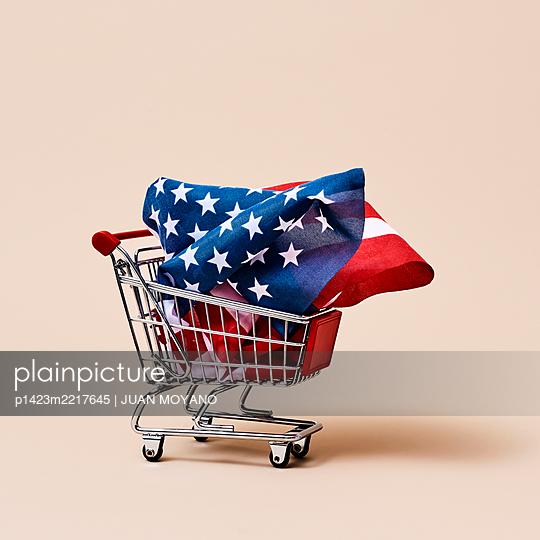 American flag in a shopping cart - p1423m2217645 von JUAN MOYANO