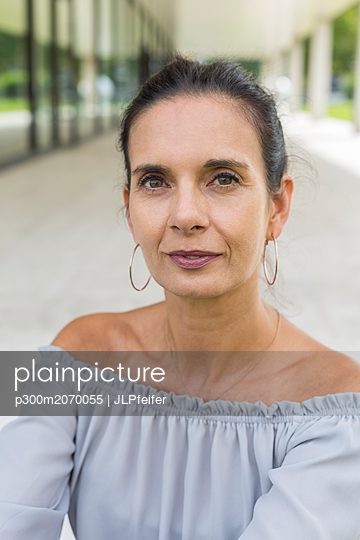Portrait of mature woman in summer - p300m2070055 by JLPfeifer