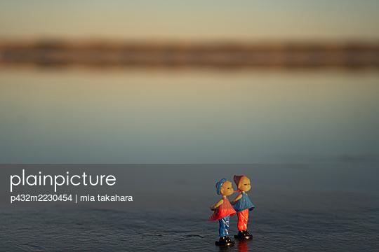Liebespaar Figuren am Strand  - p432m2230454 von mia takahara