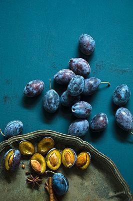 Ingredients of plum jam - p300m2028743 by Achim Sass