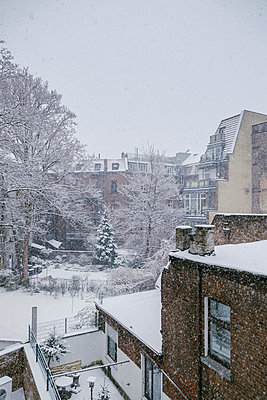 Germany, Cologne, snow-covered backyard - p300m998053f by Mareen Fischinger