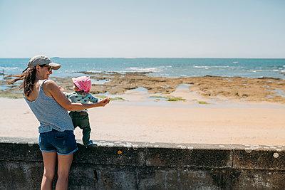 France, mother and baby girl having fun together at beach promenade - p300m2004110 von Gemma Ferrando