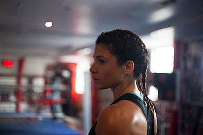 Female boxer in gym - p429m2050578 by Image Source