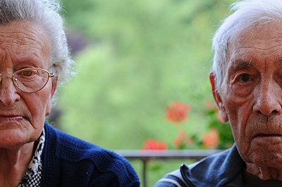 Elderly couple sitting together - p6740073 by ME Schneider
