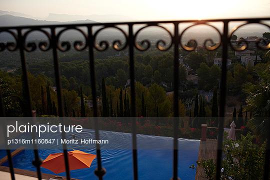 Blick vom Balkon in Richtung Pool und Berge, Mallorca, Balearen, Spanien - p1316m1160847 von Moritz Hoffmann