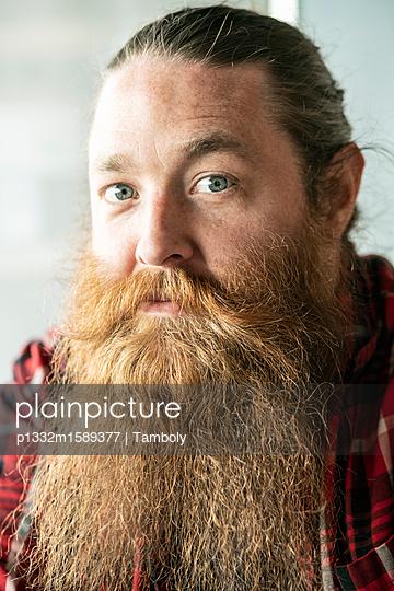 Porträt eines männlichen Hipster - p1332m1589377 von Tamboly