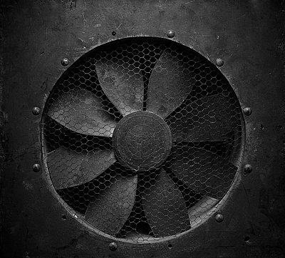 Alter Ventilator in einer Wand - p819m970747 von Kniel Mess