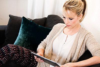 Blonde Frau - p904m791949 von Stefanie Päffgen