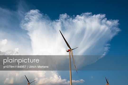Windkraftanlagen mit Sturmwolke - p1079m1184957 von Ulrich Mertens