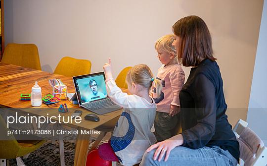Videokonferenz mit Papa - p741m2173086 von Christof Mattes